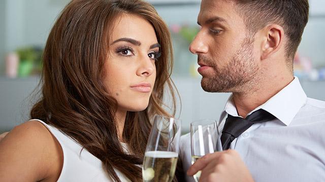 【恋愛もてあそび指数診断】興味のない相手に人前で誘われたら…どうする?