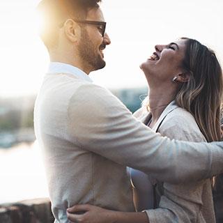 恋愛中の女子注目!彼が彼女に思わずハグしたくなる5つの瞬間♡