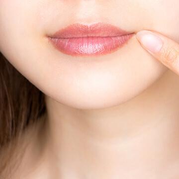 唇の乾燥、荒れを防ぐ方法~潤いを保つためのリップケアと食事法