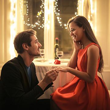 男性が結婚を決めた「タイミング」って? 意識はじめた時期は?
