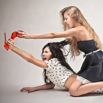 男性ドン引き!?合コンや職場での行動に気づくと怖い!女性同士の熾烈な戦い