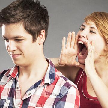 スマホばかり触っている男性の気を引くデート中の会話5パターン