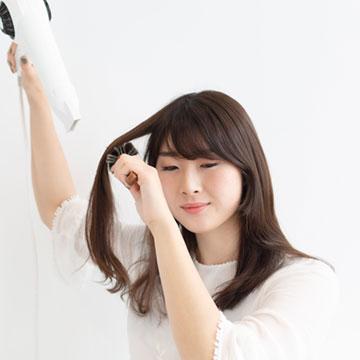 【プロ解説】乾燥する季節はスタイリング剤でもうるおいを与えて♡冬でもツヤ髪を作るコツ