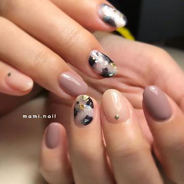 秋冬のトレンドデザイン!女子力抜群の白べっ甲ネイル♡