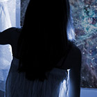 【新しい体験をした時の反応診断】2階なのに窓の外に人影が…これって?
