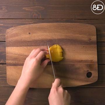 黄桃を1口サイズにカットします。