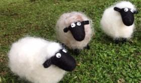 地域の子どもたちが作った羊の置物