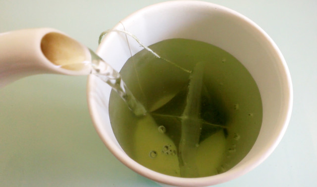 椀茶にお湯を注ぐ
