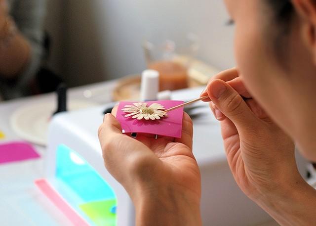 その名の通り、紫外線で固まる透明な樹脂です。 くらげ雑貨店のワークショップでは、このUVレジンを使って本物のお花をアクセサリーにすることができます。