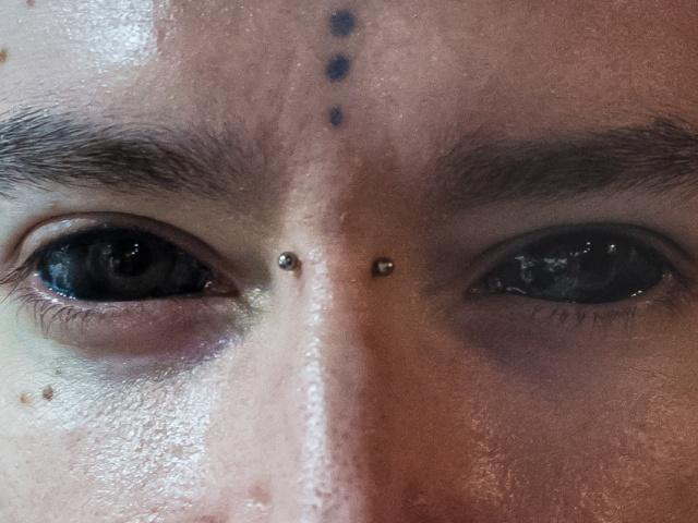 身体改造で、白目を真っ黒に染め上げた男(本物)