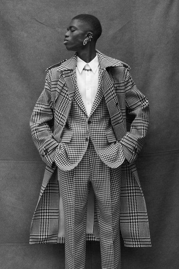 スーツは千鳥格子で、 トレンチはグレンチェック