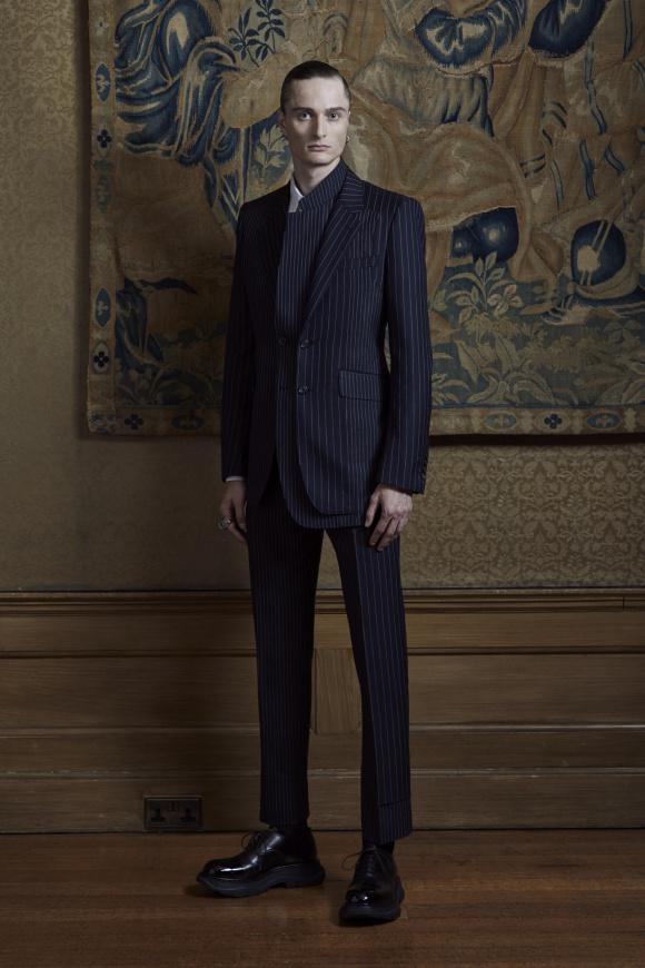 英国調スーツの上着に、 別襟がついたレイヤード