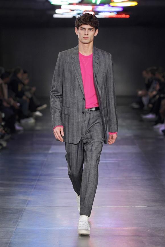 ベーシックなスーツのインナーに 鮮やかなピンクのアクセント。