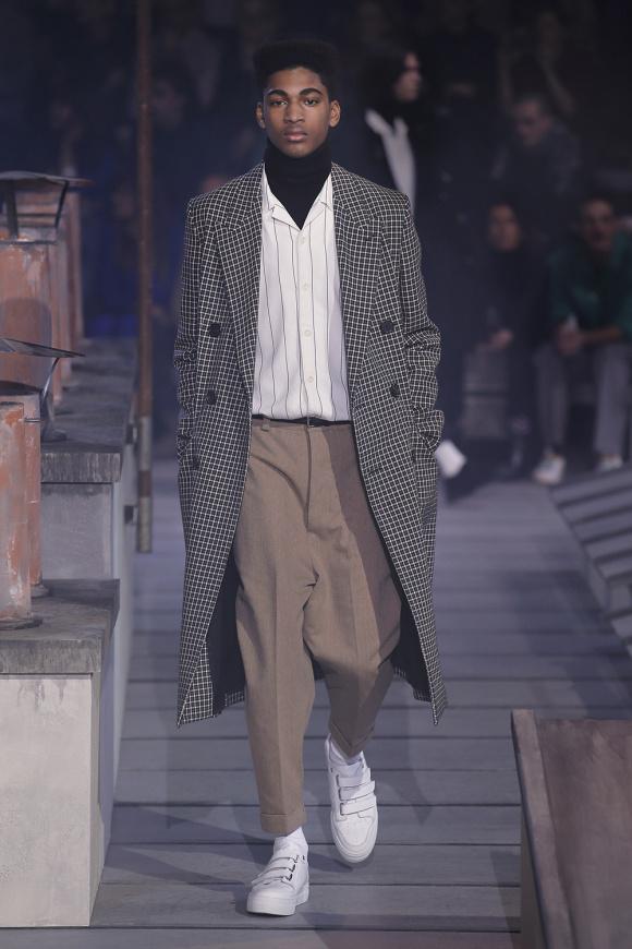 パンツのルーズな形が、 旬の着こなしを生む。