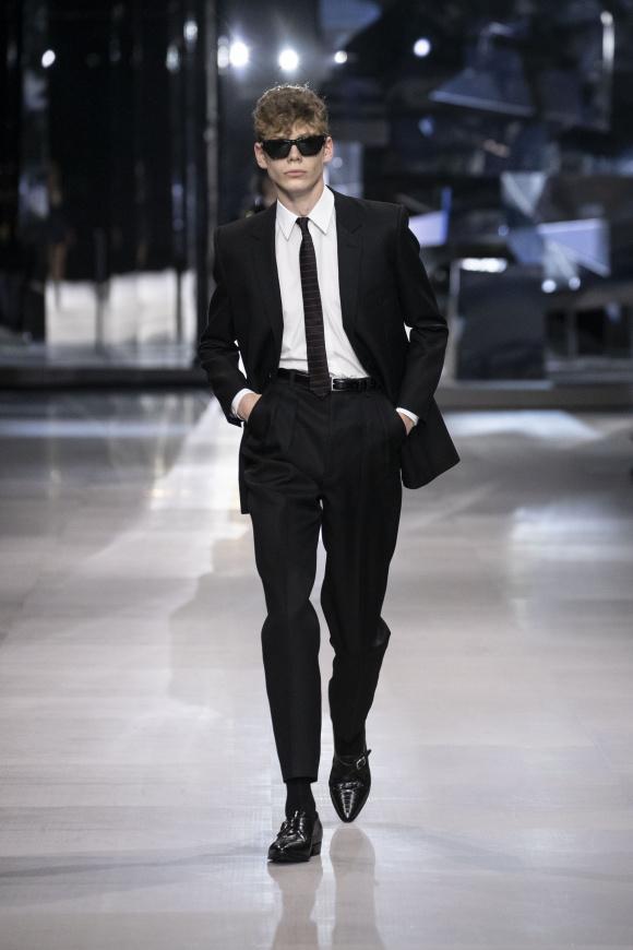 エディ流ブラックスーツは、 ゆったりとしたパンツに変化。