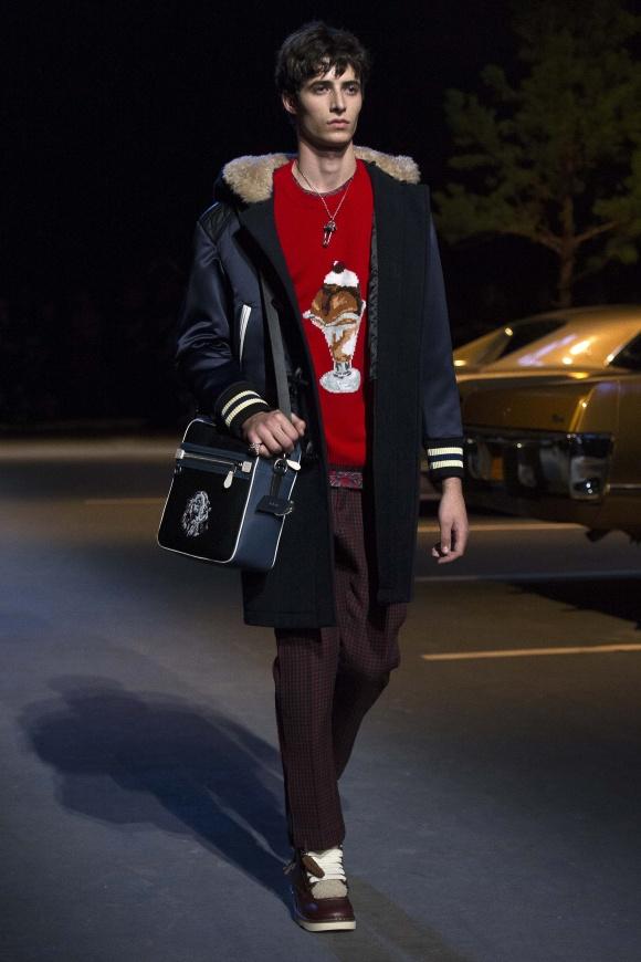 セーターの胸やバッグにつく、 かわいいモチーフも流行中。