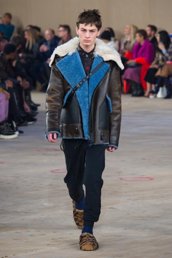 ボマージャケットの裏側は、 鮮烈なブルーの色彩。