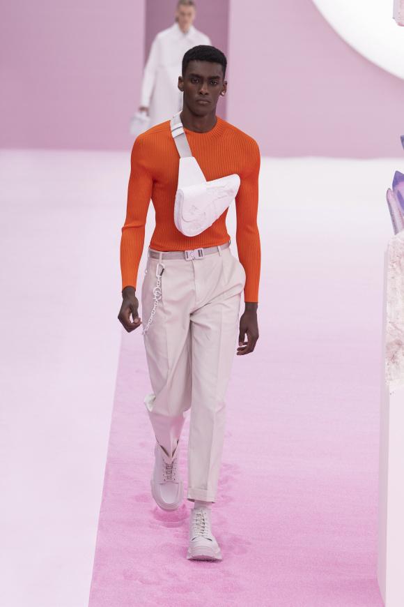 白の「サドル」バッグは、 アーティストとのコラボ