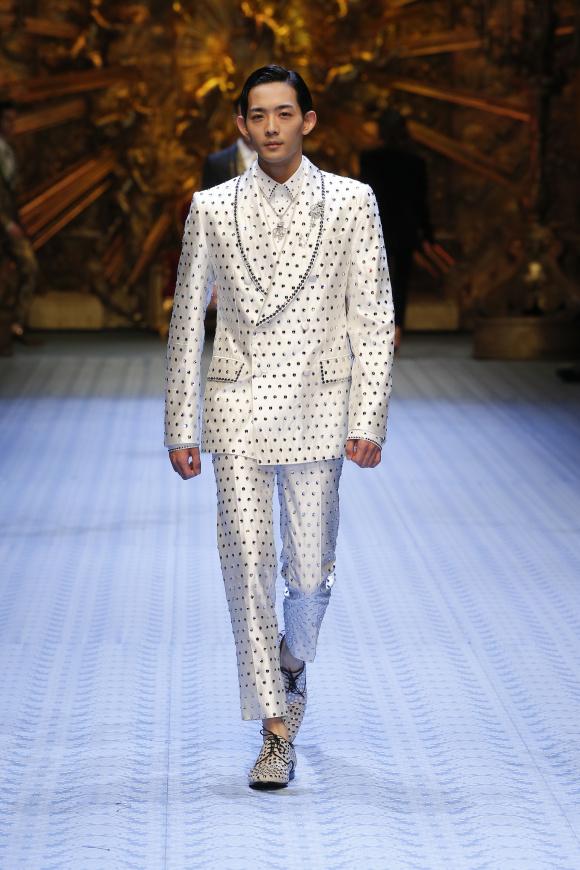 俳優の竜星涼が、 ビジューつきスーツで出演。