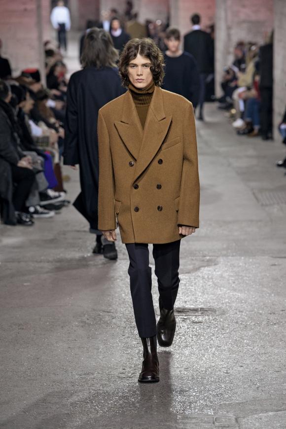 スリムパンツ+ブーツで、 ビッグジャケットを強調。