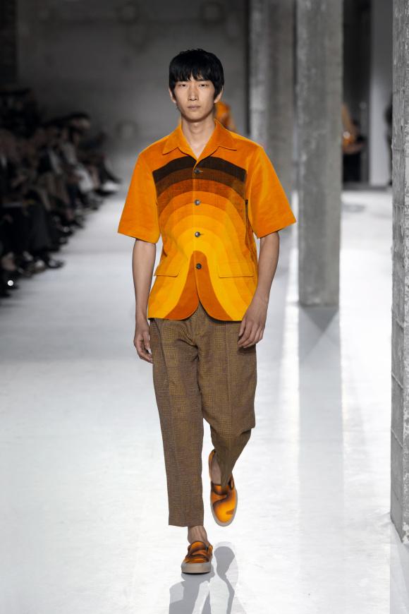 図案を大胆に使った、 半袖のジャケット。