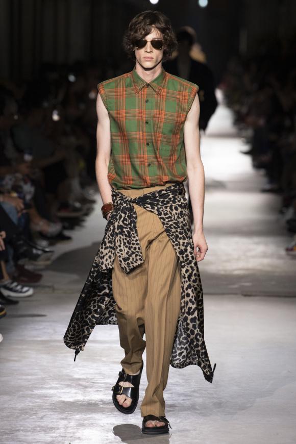 ノースリーブシャツを、 男性的に着る提案。