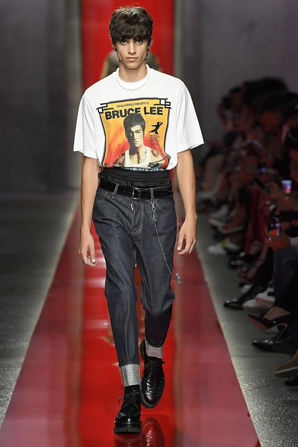 Tシャツのモチーフは、 俳優のブルース・リー