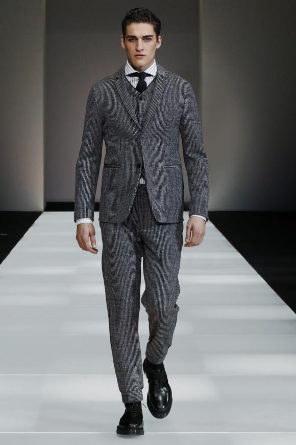スーツも伸縮性のある素材による仕立て。