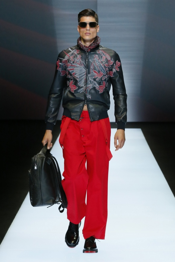 ボンバージャケットにも、 凝った刺繍をあしらって。