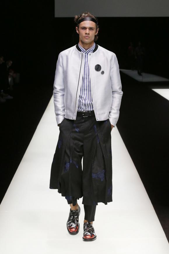 袴を思わせるパンツは、 裾広がりのレイヤードデザイン