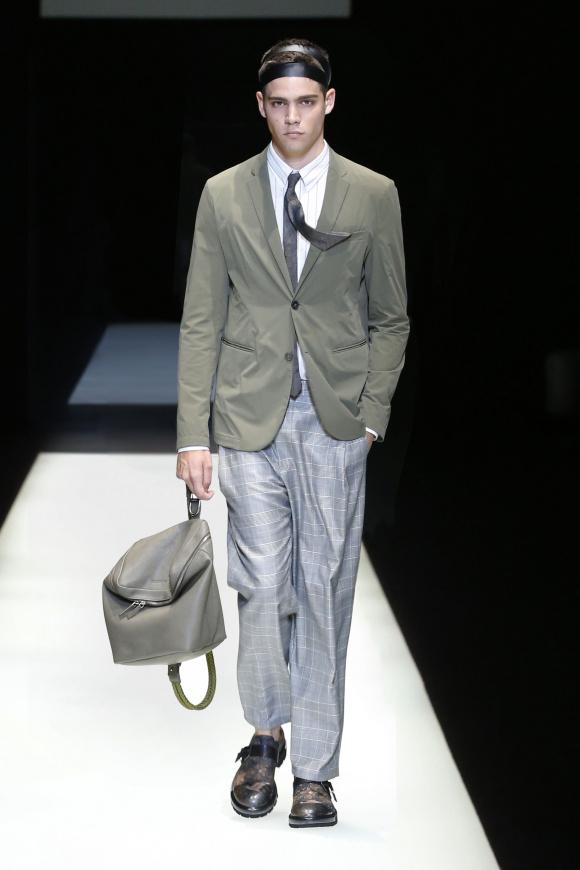 グレイッシュな中間トーンの ドレスアップスタイルも登場。