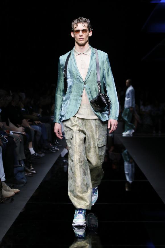 シャイニーな極薄ジャケットと、 カーゴパンツのスタイル