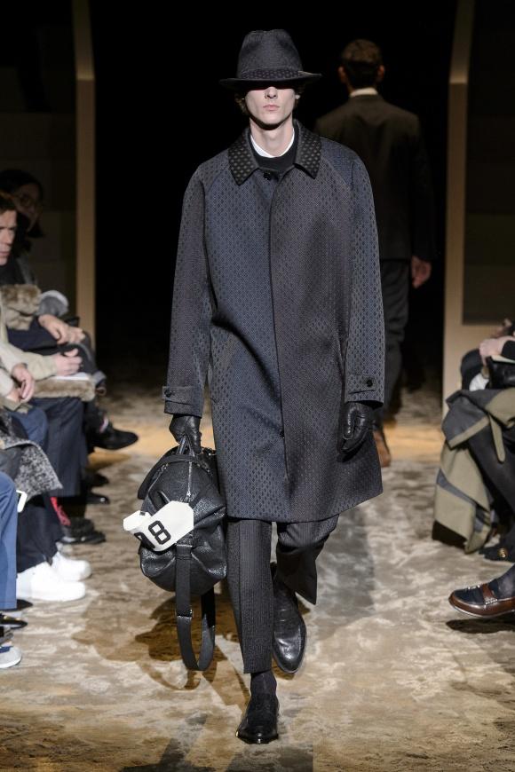光沢感のあるコートが、 新鮮な着こなしを生む。