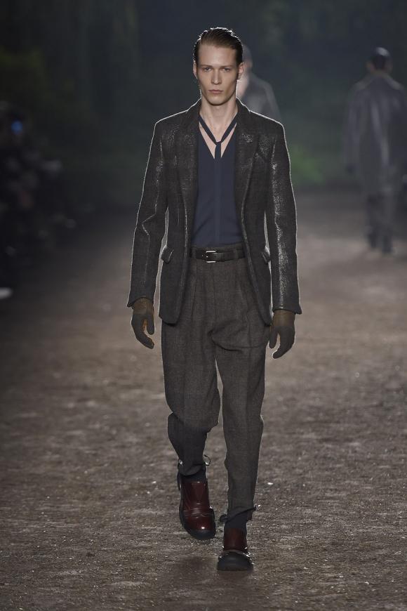 光沢加工した、ハリス・ツイードのジャケットスタイル