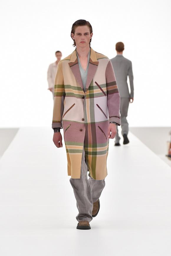 ゆったりコートは、 スモーキーなパステルトーン。