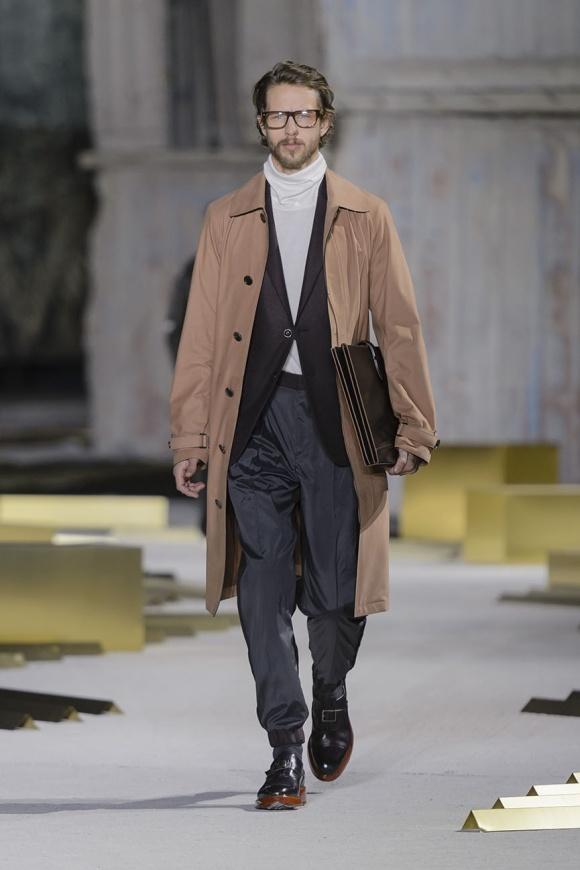 コートはカーフレザーで、 パンツはシルク素材。