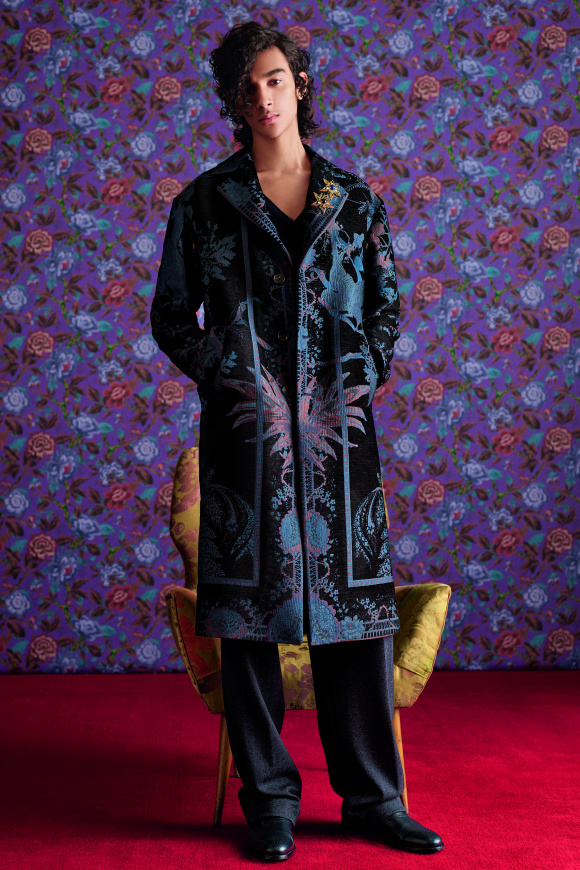 ジャカード織りの技術で、 刺繍柄を表現。