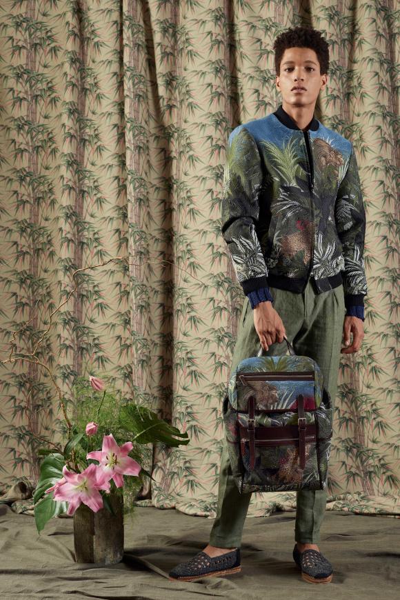 花柄のボマージャケットは、 凝った刺繍のアイテム