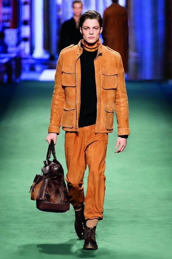 スエードのサファリジャケットと、同素材パンツのセットアップ