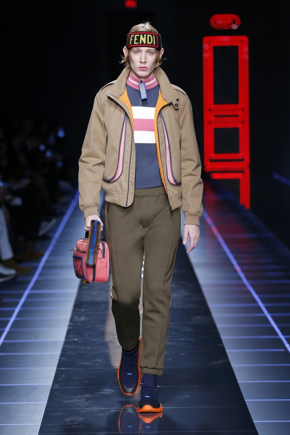 男性もミニバッグを持つ、 いまの時代気分の表れ。