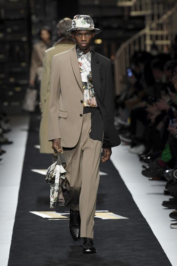 左右非対称のジャケットは、 カール・ラガーフェルドの発想。
