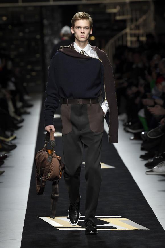 手に持つバッグは、 ポーターとのコラボ