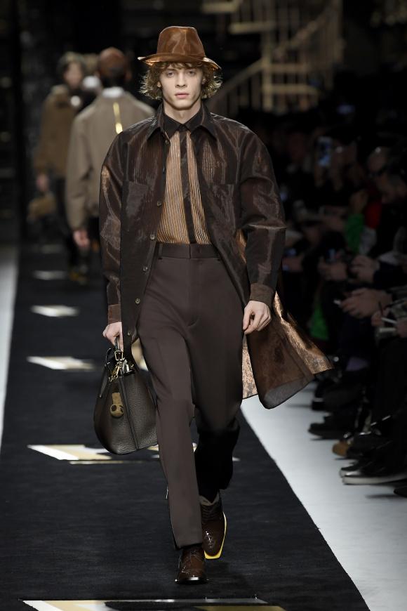透けるコートや帽子で、 服装を軽やかに。