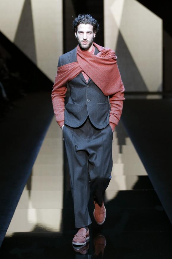 袖つきのスカーフという、 前衛的なアイテムも登場。