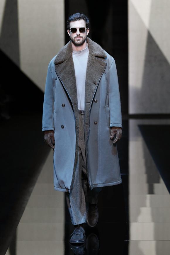 90年代的な襟幅のコートが、 今季の気分にマッチ。