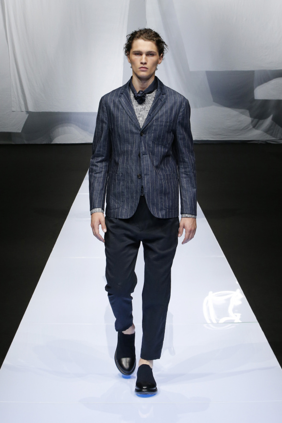 スリムなジャケットも、 素材は快適な麻。