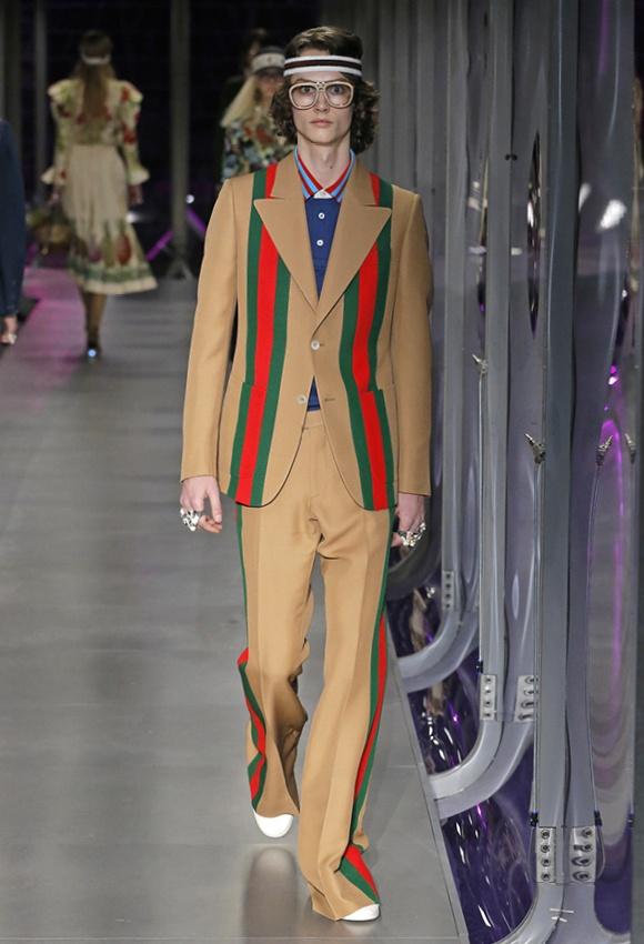 スーツスタイルにあしらった、 象徴的なウェブ ストライプ。