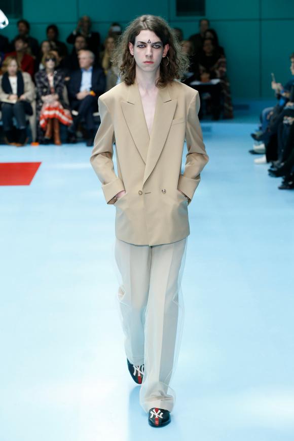 パンツをシフォンで覆った、 ノーブルなスタイル