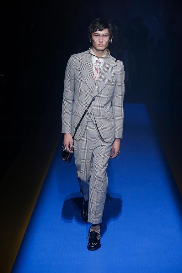 グレンチェックのスーツも、 アクセサリーは中性的。