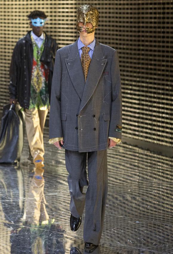 ゆったりジャケットには、 しつけ糸風のステッチが。